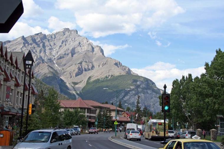 Le mont Norquay vu dans l'axe de la rue Banff, principale artère commerciale du bourg.