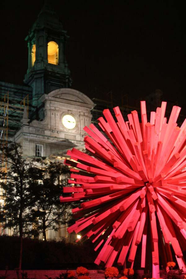 Une sculpture d'une installation devant l'hôtel de ville